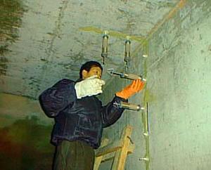 当清水池底板与池壁处,用水冲刷干净后,用水池堵漏材料堵塞严实,经检查无渗漏后,在表面分层抹压聚合物水泥防水砂浆或抗压密封剂与基面齐平,也可用密封材料嵌缝。池壁上250mm及底板范围涂刷防水涂料,还可采用灌注堵漏浆液的方法处理。