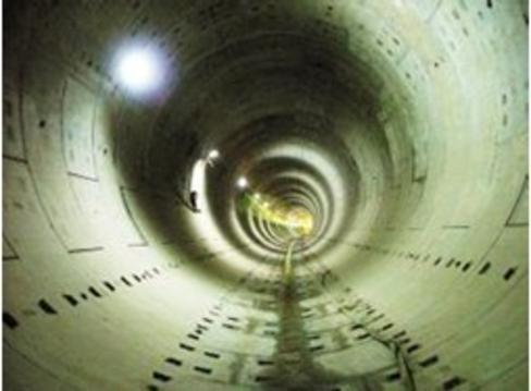 某电厂电缆隧道底标高最深处为-6.50米,电缆沟道区域内由于受工业水排放及其它水源影响,地下长年水位为-3.5米-4.5米,电缆沟道大部分在地下水位以下。变形缝处止水带处理不当,安安放位置不准确,造成止水带侧混凝土厚度不一致,再加上止水带下部混凝土振捣不密实,两侧产生不均匀沉降,导致变形缝处四周均存在漏水现象,且水量较大。我公司技术人员采用排堵结合的方法,排水后采用XD-B1型防水剂进行封堵处理,据国家标准进行防水试验,防水施工质量为优秀。